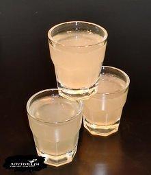 Imbir w cytrynkach  Składniki:      25 ml wódki Wyborowa Imbirowa lub innej o smaku imbirowym     25 ml soku z cytryny     lód  Przygotowanie:  Składniki wymieszać w shakerze z ...