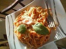 spaghetti  Składniki: czosnek koncentrat pomiorowy (albo puszka pomidorów, moga też byc świeże pomidory pokrojone w kostkę) oliwa z oliwek świeża bazylia makaron  Przepis: Ugoto...