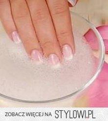 Sposób na białe paznokcie: łyżka wody ultenionej i łyżka sody. Zanurzyć na ok...