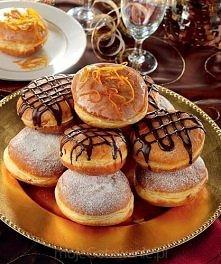 Pączki z konfiturami  Drożdże rozprowadzić z łyżką cukru, łyżką mąki i ciepłym mlekiem. Odstawić do wyrośnięcia.  Żółtka utrzeć z cukrem, aż powstanie krem. W misce połączyć mąk...