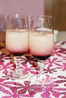 drink love: 50ml wódki  20ml syropu malinowo-żurawinowego  białe frugo  kostki lodu   do szklanek wrzucamy po 2 kostki lodu.  zalewamy je wódką.  dopełniamy białym frugo.  nastę...