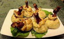 Składniki: 2 opakowania ciasta francuskiego 6 sztuk pałek z kurczaka   30 dag pieczarek 70 dag ziemniaków 2 średnie cebule 50 ml mleka łyżka masła do smażenia cebuli i pieczarek...