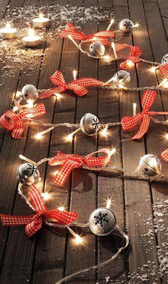 Światełka z dzwoneczkami... Chyba zrobię coś podobnego w tym roku. Może w małymi bombkami?:)