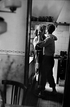Dwoje Ludzi Całujących Się W Kuchni Na Obraz Zszywkapl