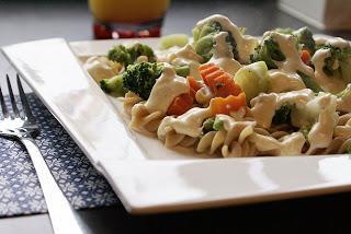 Makaron z sosem serowym i warzywami gotowanymi na parze. PRZEPIS PO KLIKNIĘCIU NA OBRAZEK