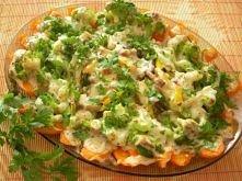 zapiekany półmisek warzyw:   Składniki  1 mały brokuł 2-3 marchewki 1 cebula 2 ząbki czosnku 15 dkg pieczarek 1/2 strąka papryki żółtej 2 łyżeczki masła  1 łyżeczka oliwy 1 łyże...