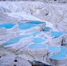 Pamukkale Są to gorące źródła wypływające ze zbocza góry Cal Dagi w Anatolii w Turcji. Woda mająca temperaturę ok. 37 stopni Celsjusza niesie ze sobą rozpuszczone sole wapnia, k...