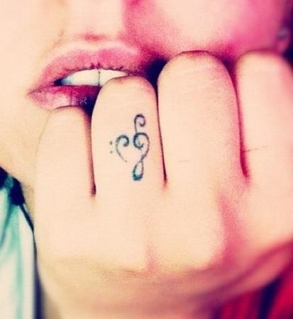 Cudny Tatuaż Na Palcu Na Damskie Tatuaże Zszywkapl
