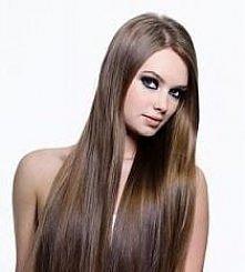 """Domowy sposób na """"laminowanie"""" włosów:   1 łyżkę żelatyny rozpuść w 3 łyżkach bardzo ciepłej wody, dokładnie wymieszaj aż znikną grudki. Odstaw miseczkę z rozpuszczoną..."""