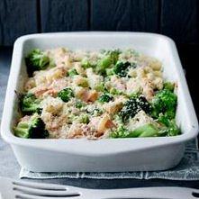 Zapiekanka makaronowa z brokułami, łososiem, mozzarellą 65 z sosem serowym i chrupiącą migdałową posypką   kwestiasmaku.com