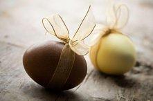 łatwo i elegancko można udekorować jajka farbując je na jednolity kolor i przewiązując je ładną wstążką:)