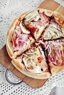 Puszysta pizza - najlepsze ciasto!  Najłatwiejszy przepis!    Puszyste ciasto: 4 średniej grubości pizze o śr. 25 cm lub 4 cieńsze pizze o śr. 30 cm:  • 1 i 1/2 szklanki wody ni...