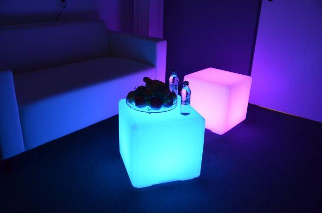 Świecąca kostka LED - Działa na pilota, za pomocą którego można zmieniać kolory oraz tryby świecenia. Dostępna na LEDco.pl