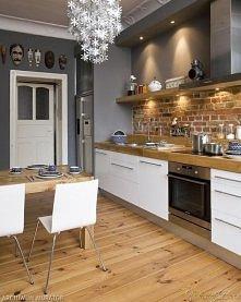 kuchnia: biała z drewnem