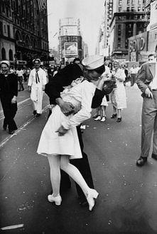 """""""VJ kiss"""". To przypadkowa kobieta i nieznajomy mężczyzna. W dzień zakończenia wojny marynarz całował wszystkie napotkane kobiety. Fotograf zamarzył aby mężczyzna ucało..."""