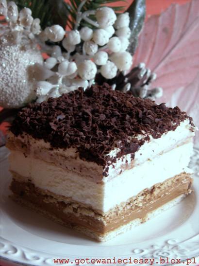 To kolejny przepis na ciasto bez pieczenia z wykorzystaniem herbatników. 3 Bit jest bardzo podobne do Ciasta balowego. Jest jednak troszkę prostsze, ponieważ nie ma w nim warstwy biszkoptowej. Jest dość słodkie. Zawiera bowiem masę krówkową. Starałam się dlatego, aby pozostałe warstwy nie były przesłodzone. Bita śmietana jest bez dodatku cukru, a masa budyniowa również nie zawiera dużo cukru. Całość bardzo dobrze smakuje. Budyń przygotowałam tym razem sama. Wolę taki domowej roboty. W szybkiej wersji można również użyć kupnego budyniu waniliowego. (czyt. uwaga). Pierwszy raz 3 Bit robiłam z przepisu z Wielkiego Żarcia. Poniższy przepis to moja modyfikacja tego przepisu.    Składniki: 1 puszka masy krówkowej lub puszka słodkiego mleka skondensowanego (500g)  ok. 510g herbatników (ok. 75 sztuk. Wychodzą 3 warstwy, każda po ok. 25 herbatników) 400- 500ml słodkiej śmietany 30- 36% 2 opakowania śmietan-fix ok. 50- 100g dowolnej czekolady (u mnie mleczna) Masa budyniowa:  500ml mleka  2/3 szklanki cukru (= ok. 130g) 2 żółtka 3 łyżki mąki ziemniaczanej (ok. 40- 45g) 3 łyżki mąki pszennej (ok. 40- 45g) ok. ¾ kostki masła ( ok. 180g)