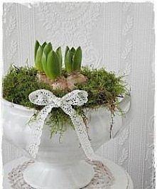 dekoracja z kwiatami cebulowymi