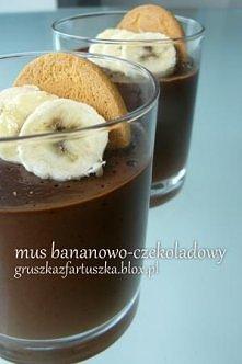 Mus bananowo- czekoladowy  Składniki:  - 200 ml kremówki  - 100 g gorzkiej czekolady  - 2 banany  - chlust Baileysa  - 2 łyżki cukru pudru   Kremówkę mieszamy z cukrem i podgrze...