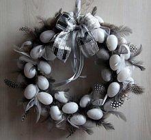 Wianek z białymi jajeczkami