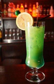 Zielona Wdowa Składniki: 10 ml likieru bananowego, 20 ml blue curacao, sok pomarańczowy, lód. Przygotowanie: Lód kruszymy i napełniamy nim szklankę. Dodajemy 10 ml likieru banan...