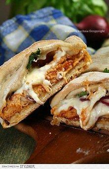 Chlebek imprezowy z kurczakiem i sosem barbecue  Składniki na dwa chlebki (dla 8-10 osób):  Ciasto na pizze (gotowy do kupienia w sklepie) Sos barbecue 1 mała czerwona cebula Du...