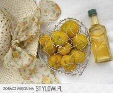 NALEWKA PIGWOWA Potrzebne składniki: 1 kg owocu pigwy 1 l wódki dobrego gatunku  Po 6 tyg: 0,5 kg cukru zlana wódka syrop 0,25 l spirytusu   Kilogram pigwy pokroić drobno i zala...