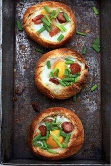pyszne bułeczki  Przepis jest prosty: Bułeczka Jajko kabanos Żioła Można dodać pomidorek, ser albo oliwki  Delikatnie nożem wyjącz środek z bułeczki, dodać świeże jajko...