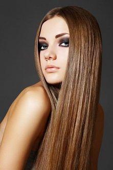 Aby wyprostować włosy bez ciepła, po prostu zmieszaj szklankę wody z 2 łyżkami brązowego cukru, wlać do butelki z rozpylaczem, następnie rozpylić na wilgotne włosy i pozostawić ...