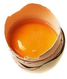 Maseczka ściągająca z jajka  Maseczka z żółtka, łyżki oliwy i łyżeczki soku z...