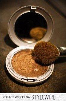 DIY bronzer: zmieszać skrobię kukurydzianą, cynamon, kakao, i gałka muszkatoł...