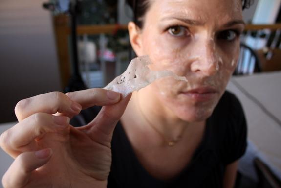 maska z żelatyny oczyszczająca pory 1 łyżkę żelatyny rozpuść w 2 łyżkach mleka - nałóż na twarz; pozostaw około 20 min do wyschnięcia - zerwij