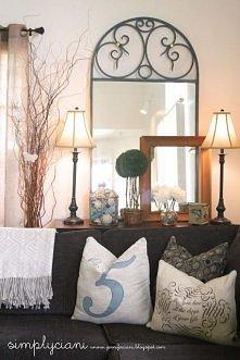 lustro za kanapą