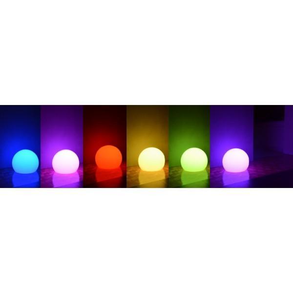 Świecąca kula LED - zmieniaj kolory za pomocą dołączonego do zestawu pilota. Świetnie prezentuje się w nowoczesnych wnętrzach. Sprawdź na LEDco.pl