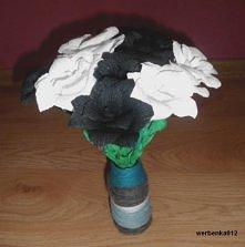 Róże z krepiny w wazonie z ...