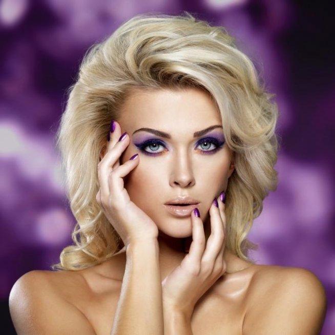 delikatny makijaż dla blondynki na co dzień na makijaże