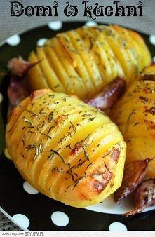 ZIEMNIAKI PIECZONE Z CZOSNKIEM,  ROZMARYNEM I TYMIANKIEM   Porcja dla 2 osób: •4 średnie ziemniaki •główka czosnku •masło •suszony tymianek i rozmaryn •sól    Ziemniaki umyć, ob...