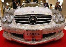 Mercedes Benz cubierto de c...
