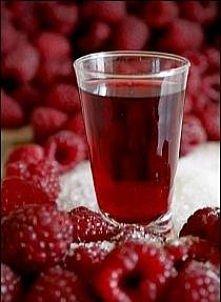 MALINÓWKA Składniki: - 1 kg malin, - ½ kg cukru, - ½ litra wody, - ½ litra wódki, - ½ litra spirytusu Wykonanie: Umyte maliny zasypujemy cukrem i odstawiamy na 3-4 dni, aż puszc...