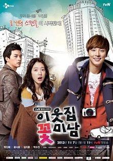 Flower Boy Next Door :) -- Dok-mi Go jest nieśmiałą kobietą, która prawie nigdy nie opuszcza swojego mieszkania. Częścią jej codziennej rutyny stało się podglądanie sąsiada, Tae...