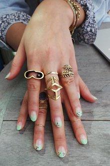 bardziej moją uwagę przykuły pierścionki niż paznokciee..