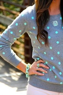 Szary sweterek w niebieskie groszki