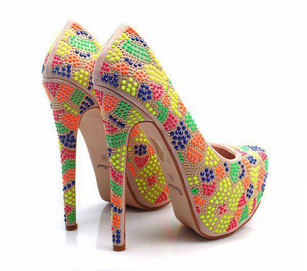 kolorowe szpilki, wyglądają nie złe;) na torebki i buty