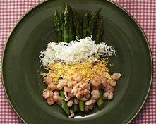 Szparagi z krewetkami i jajkiem na twardo dla 2 osób  250 g zielonych szparagów  2 jajka ugotowane na twardo  100 g krewetek koktajlowych 2 ząbki czosnku 50 ml wytrawnego białeg...