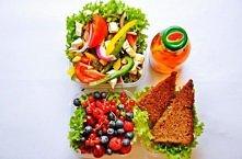 Kolorowa sałatka grzanki pełnoziarniste owoce letnie herbata owocowa  Kolorowa sałatka z papryki z serem brie  Składniki na 8 porcji: po strąku czerwonej, żółtej i zielonej papr...