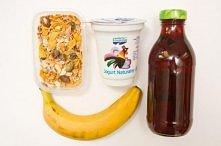 Muesli z jogurtem naturalnym Banan  herbata owocowa   1 małe opakowanie jogurtu naturalnego 30 g dowolnego Muesli (z suszonymi owocami, orzechami)  Jogurt i Muesli pakujemy oddz...
