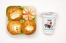 Muffinki z żurawiną i twarożkiem mały kefir mandarynka  Składniki na 12 sztuk: 100 g twarożku 180 g świeżej lub mrożonej żurawiny 1 i ½ szklanki mąki ¼ szklanki mleka 2 jajka ½ ...