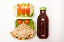 Naleśnik z sałatką z awokado Jabłko i butelka owocowej herbaty   Naleśnik z otrębami 2 łyżki sałatki z awokado  Sałatka z awokado   Składniki na około 16 łyżek: 1 awokado ½ pomi...