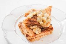 Tosty francuskie z masłem orzechowym i karmelizowanym bananem