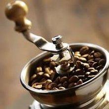 Peeling Kawowy  Potrzebne składniki peeling podstawowy: * zmielona naturalna kawa, bądź fusy po wypitej małej czarnej (ekonomicznie, a efekt taki sam). *3-5 łyżek oliwy z oliwek...