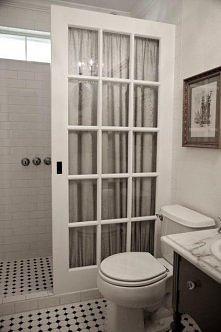 stare drzwi w stylu francuskim zamiast drogich drzwi szklanych i zasłona prysznicowa razem robią fajny klimat w łazience! <3